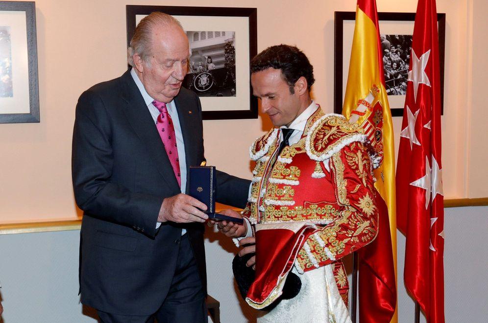 Foto: El rey Juan Carlos otorga una medalla al torero Antonio Ferrera el pasado 6 de junio en Madrid. (EFE)
