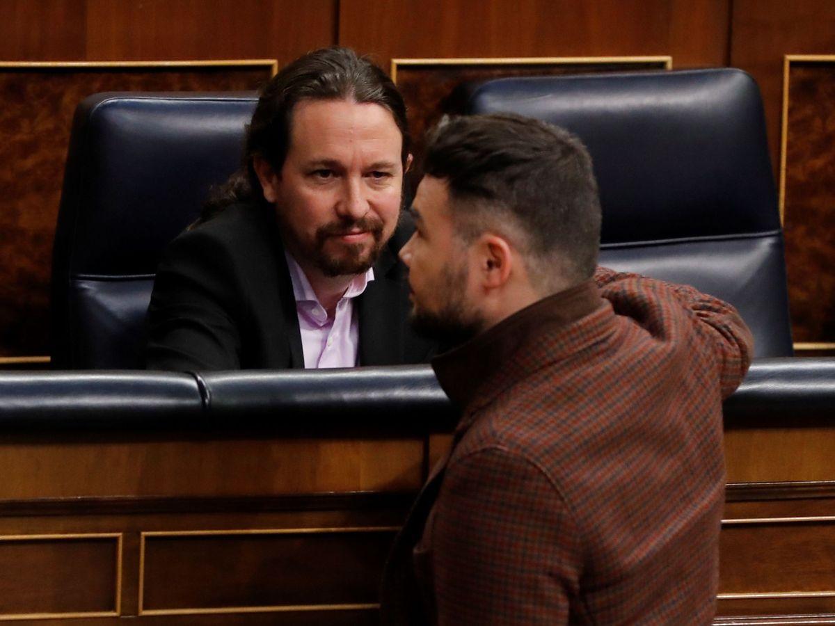 Foto: Pablo Iglesias y Gabriel Rufián hablan en el Congreso. (EFE)