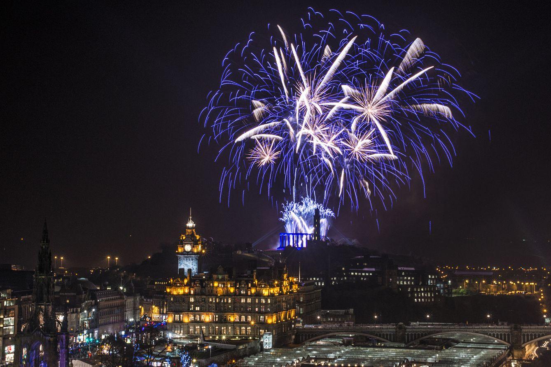 Foto: El cielo de Edimburgo se viste de fuego en Nochevieja