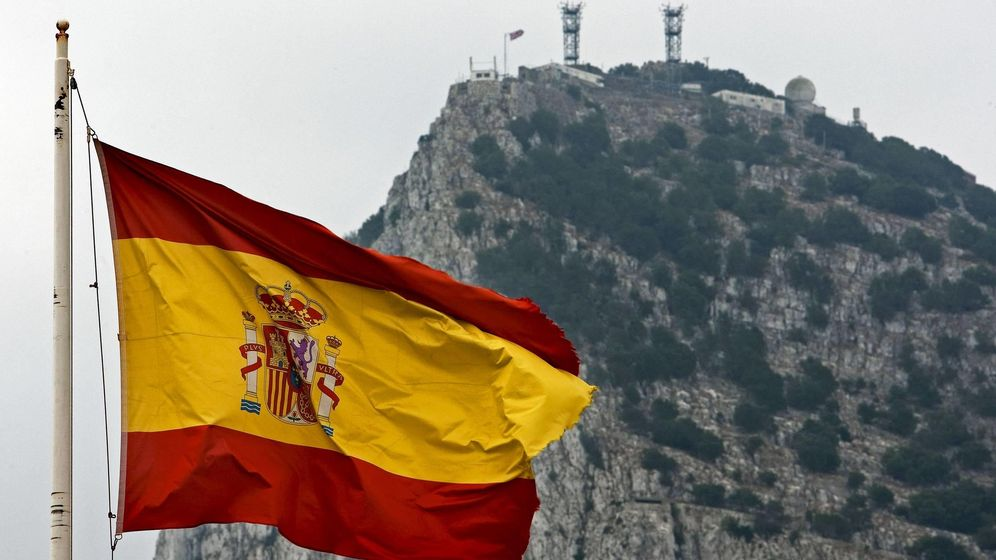 Foto: Una bandera española ondea frente al peñón de Gibraltar. (EFE)