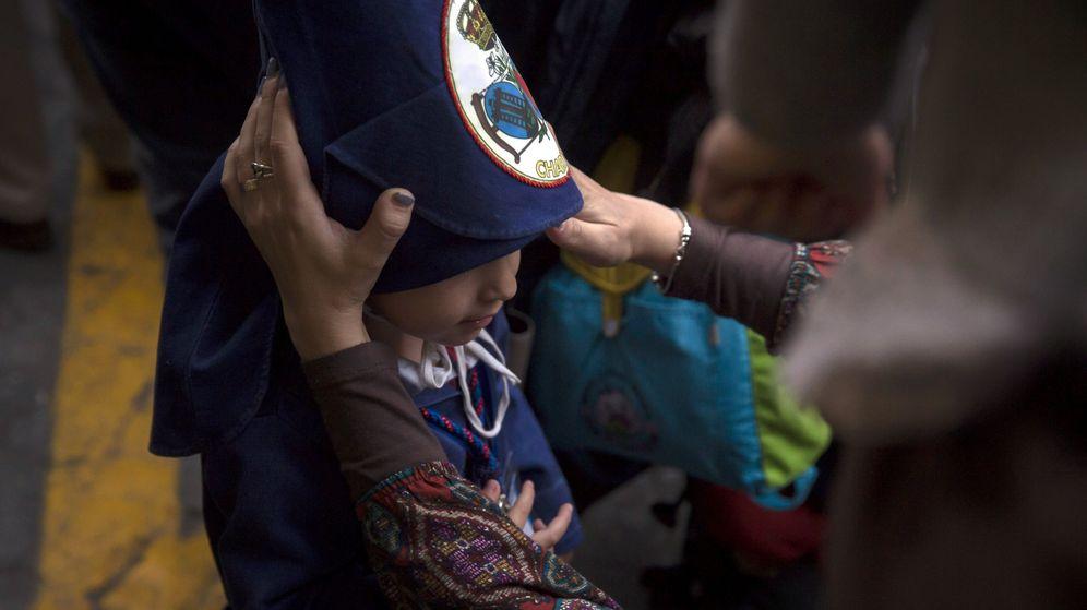 Foto: Un joven nazareno, en una procesión de Sevilla. (EFE)