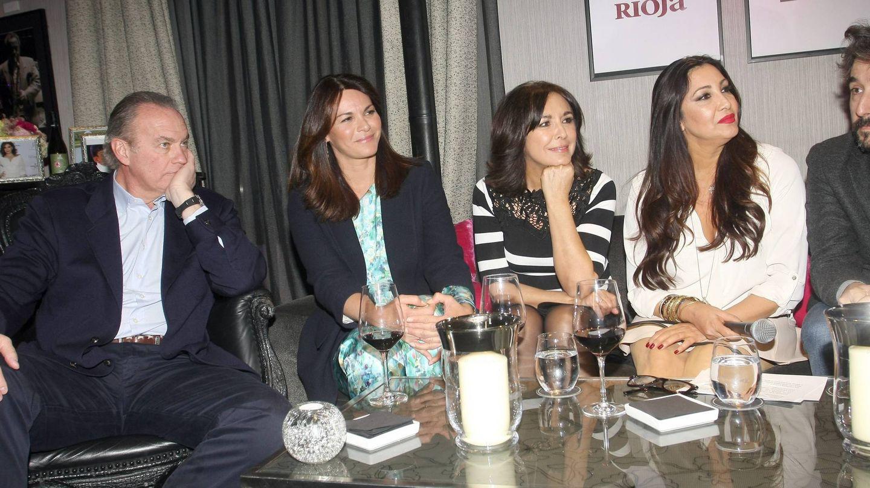 La pareja, junto a Isabel Gemio y María Bravo. (Cordon Press)