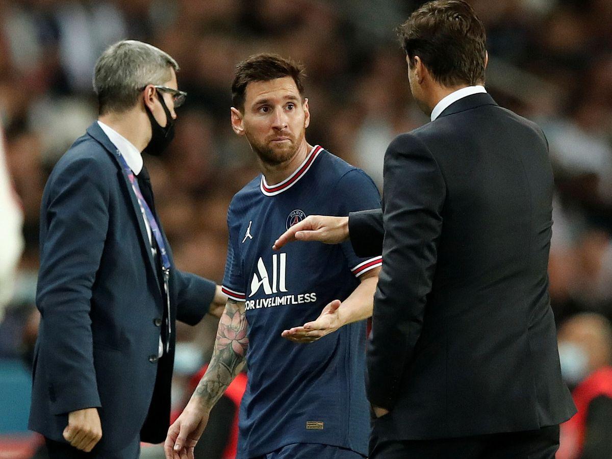 Foto: Leo Messi mira con cara de sorpresa a Pochettino en el cambio del PSG-Lyon. (EFE)