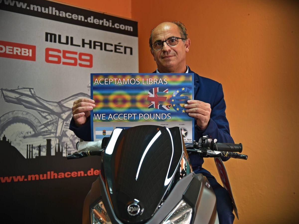 Foto: El empresario Lorenzo Periáñez, dueño de una tienda de motos de La Línea. (Toñi Guerrero)