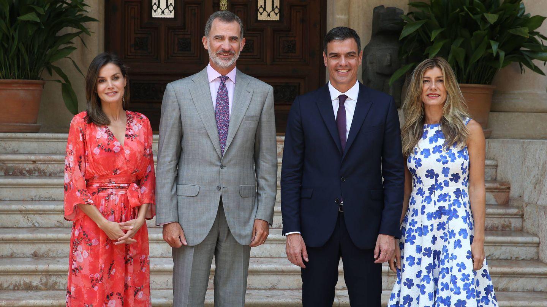 Los reyes, con Pedro Sánchez y Begoña Gómez a principios de agosto en Marivent. (Getty)