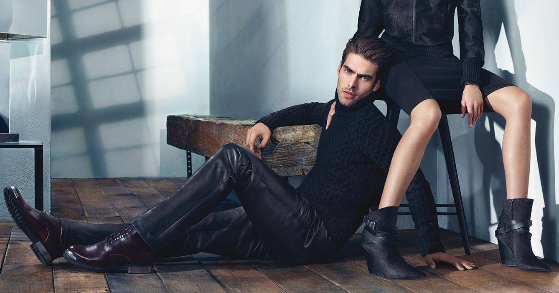 Foto: A Jon Kortajarena lo querríamos a nuestros pies, como en este anuncio de Kenneth Cole