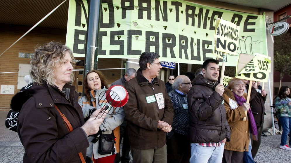 Foto: Concentración en Zaragoza contra la construcción del embalse (Javier Cebollada / EFE)