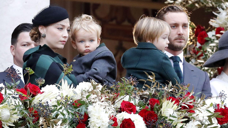 Pierre Casiraghi y Beatrice Borromeo, con sus hijos el pasado noviembre. (EFE)