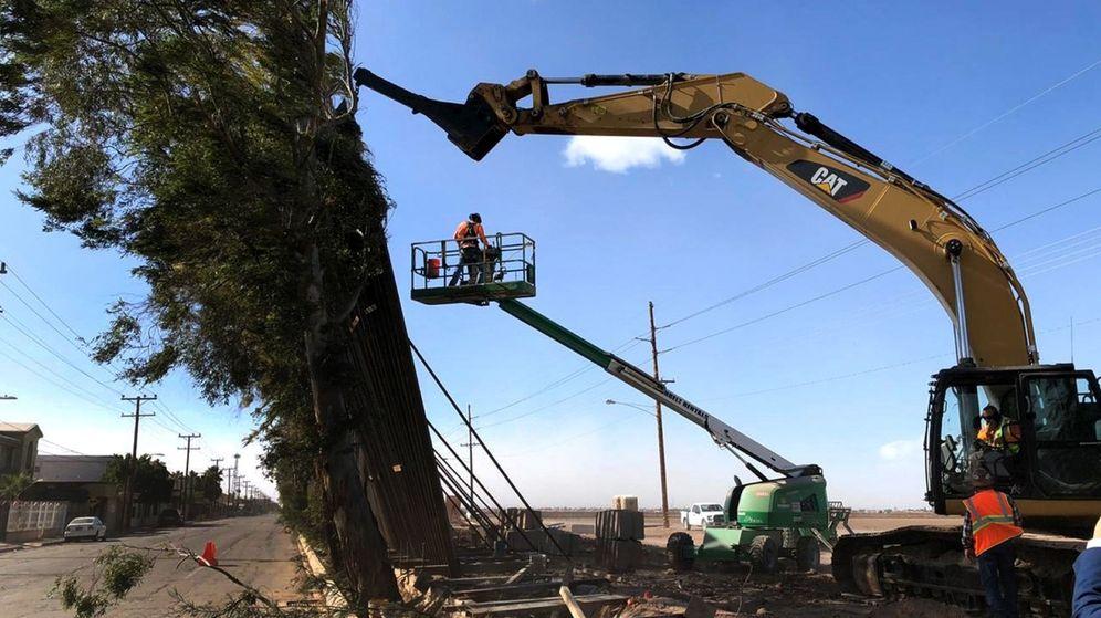 Foto: El fuerte viento derrumbó secciones del muro en la frontera entre Estados Unidos y México (EFE/Rafael Torres)