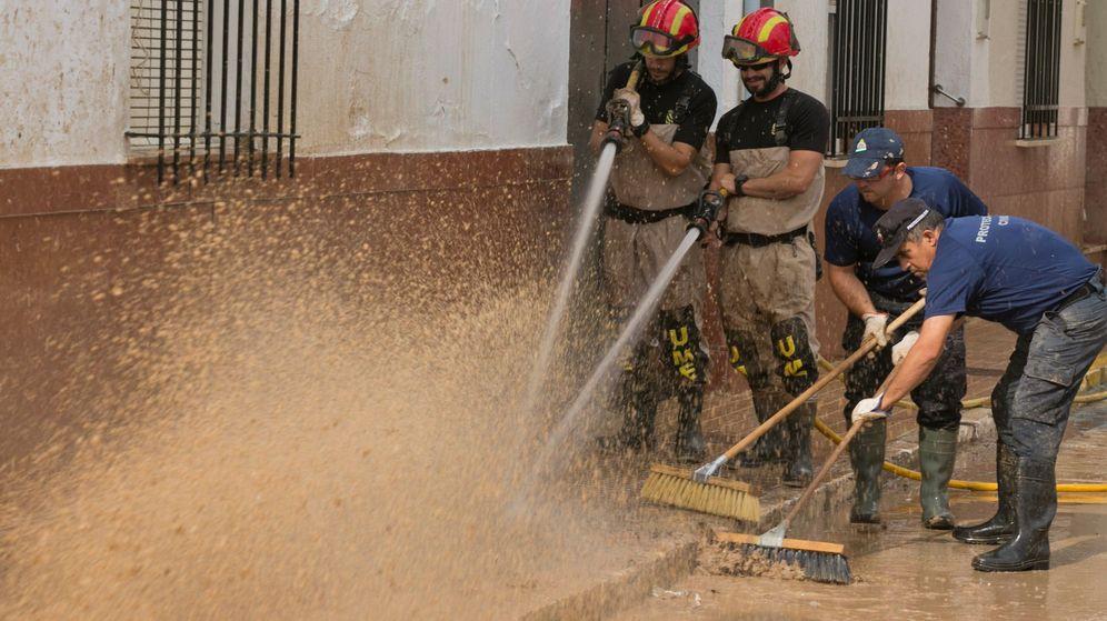 Foto: Operarios limpian las calles en la localidad malagueña de Campillos la semana pasada. (EFE)
