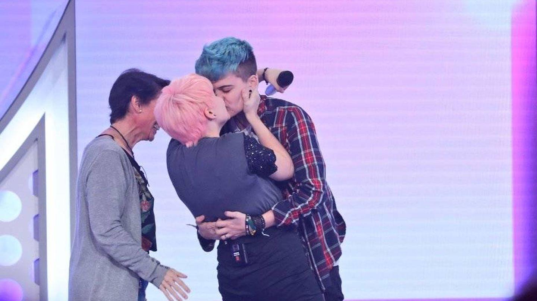 El momento en el que Marina se dio un beso con su novio en directo (RTVE)