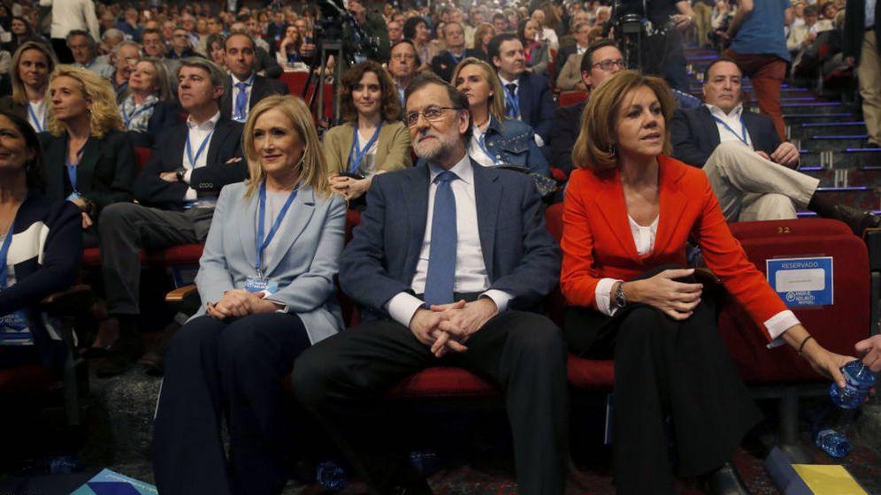Foto: Cristina Cifuentes, Mariano Rajoy y María Dolores de Cospedal, en el congreso del PP de Madrid en marzo de 2017. (EFE)
