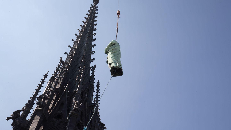 La estatua de San Juan, una de las 16 que adornaban la aguja de Notre-Dame, siendo retirada cuatro días antes del incendio (Reuters)