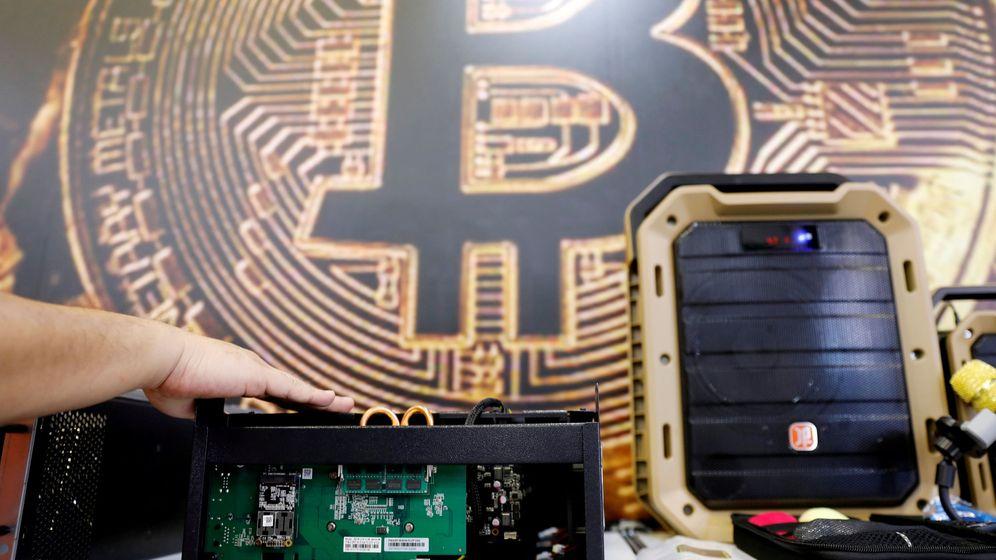 Foto: El logo del bitcoin, en una convención tecnológica en Taipei. (Reuters)
