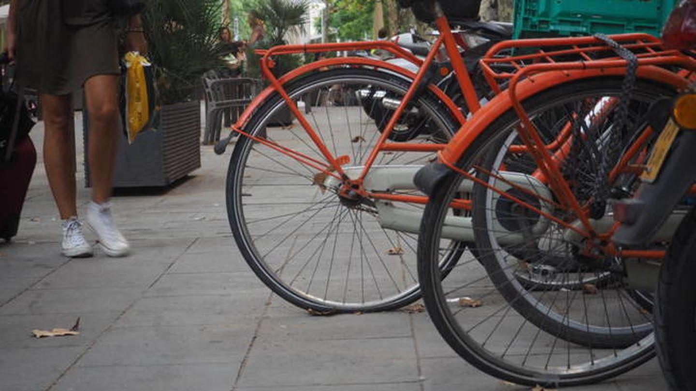 Bicis de Donkey Bikes pinchadas en Barcelona (Analía Plaza)