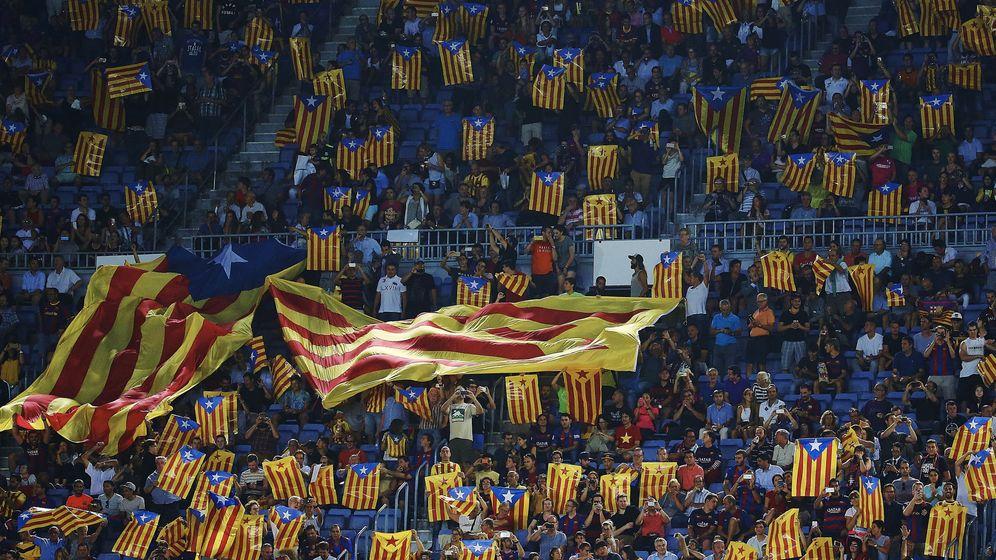 Foto: Imagen de esteladas poblando las gradas del Camp Nou durante un partido de Champions League. (EFE)
