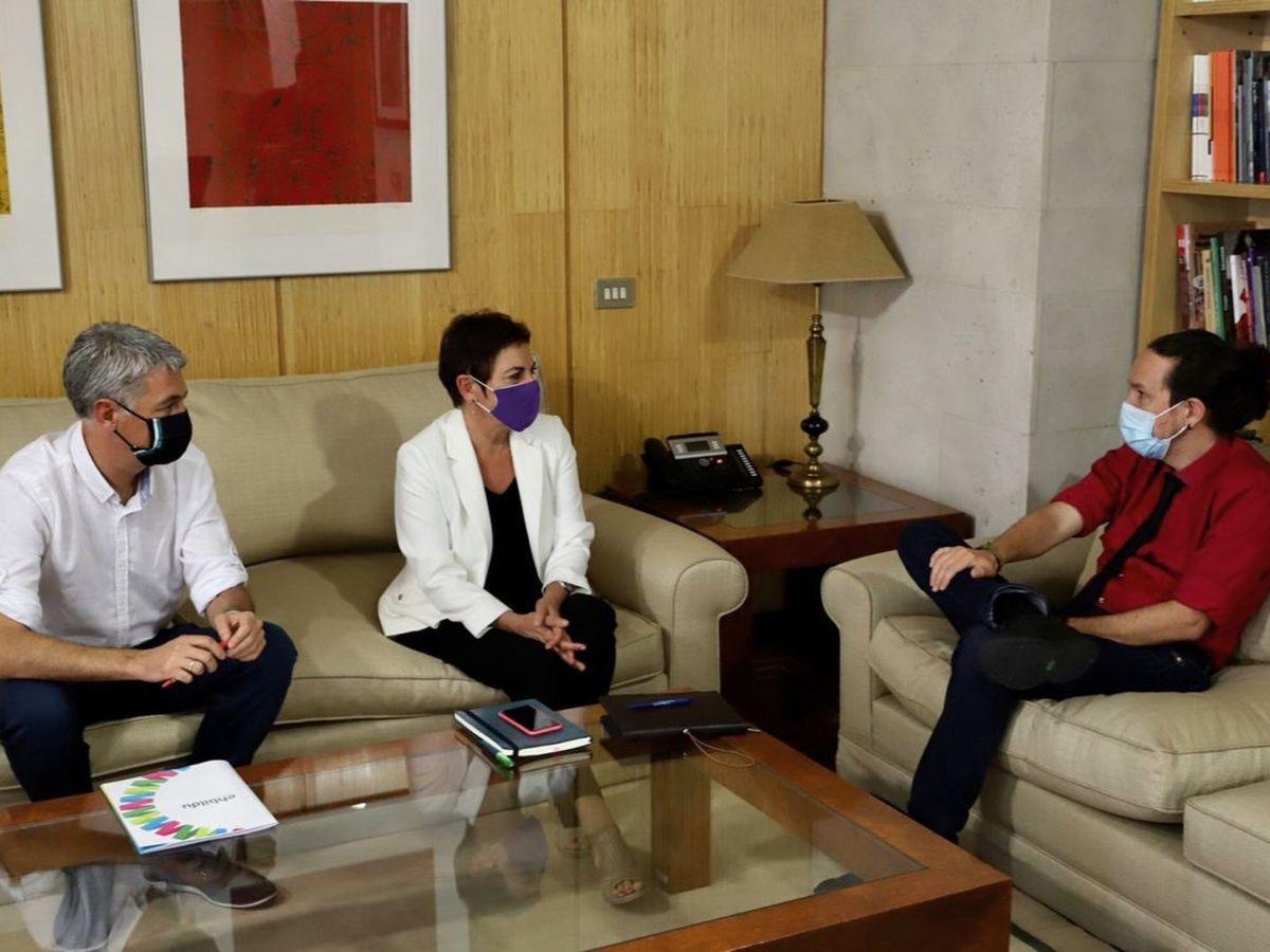 Foto: Pablo Iglesias, durante una reunión con Mertxe Aizpurua y Oskar Matute. (EFE)