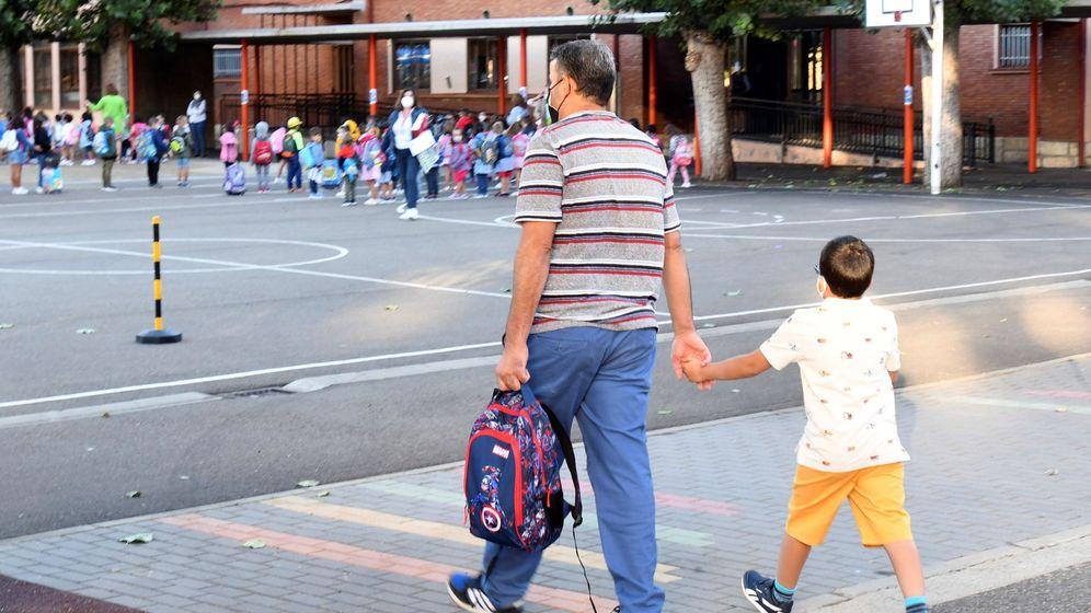 Foto: Un padre acompaña a su hijo a un centro escolar de la capital leonesa este miércoles. (EFE)