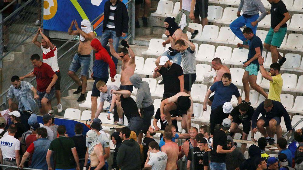 Foto: Aficionados rusos en las gradas del Vélodrome tras el Rusia-Inglaterra de la pasada Eurocopa (Robert Pratta/Reuters)