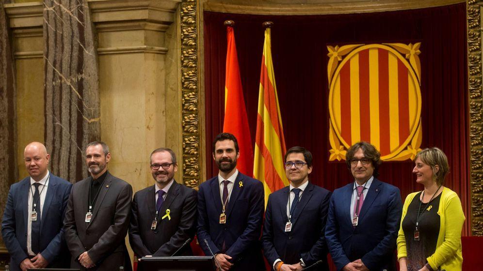 Foto: El nuevo presidente del Parlament de Cataluña, Roger Torrent (c). (EFE)