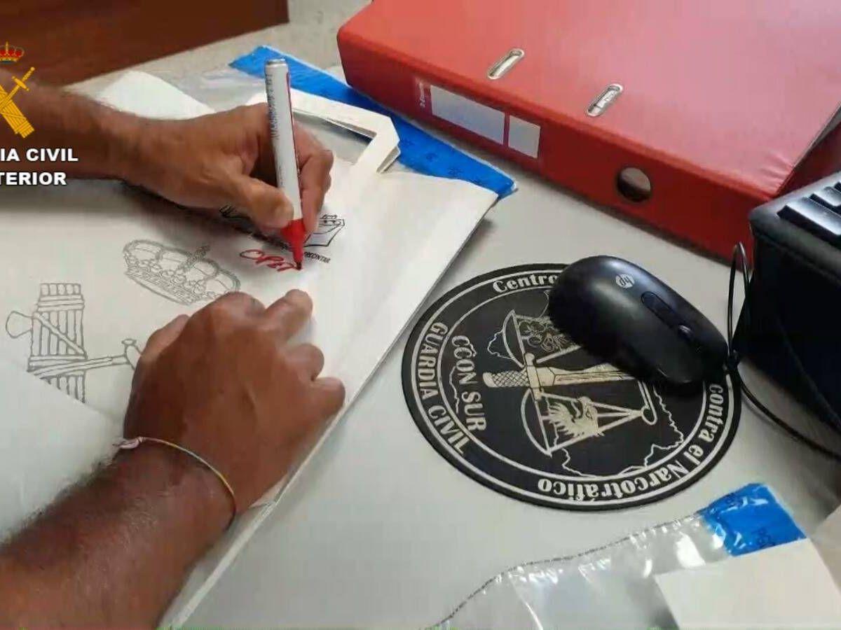 Foto: Uno de los agentes durante los registros efectuados en la operación Jaro. (Guardia Civil)