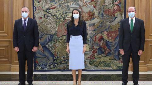 ¿Enamorada de la falda lápiz azul pastel de la reina Letizia? Esta de Zara te va a encantar