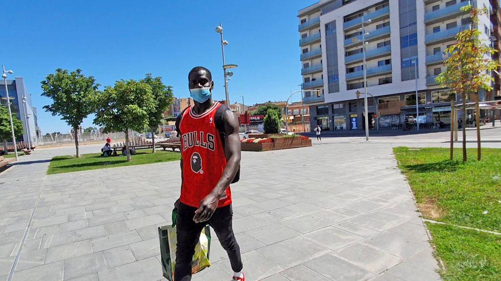 Foto: Un africano abandona Lleida, tras el anuncio del confinamiento perimetral. (Ferran Barber)