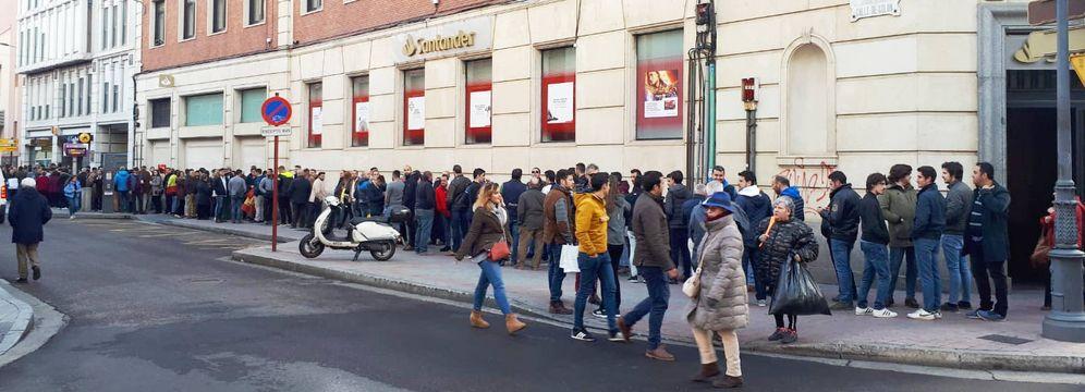 Foto: La cola para ver a Santiago Abascal en Palencia una hora y media antes del mitin. (R. M.)