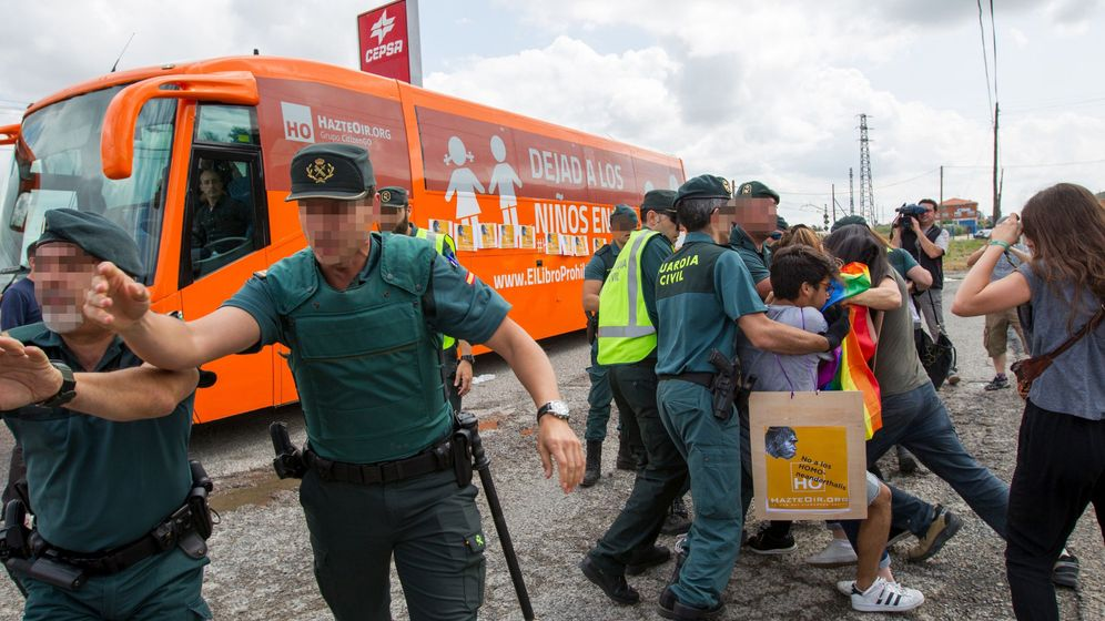 Foto: Protestas ante el bus de HazteOir en Logroño. (EFE)