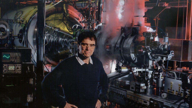 Foto: Franklin Chang-Díaz junto al motor Vasimr en una prueba de laboratorio. (Foto: Ad Astra Rocket)
