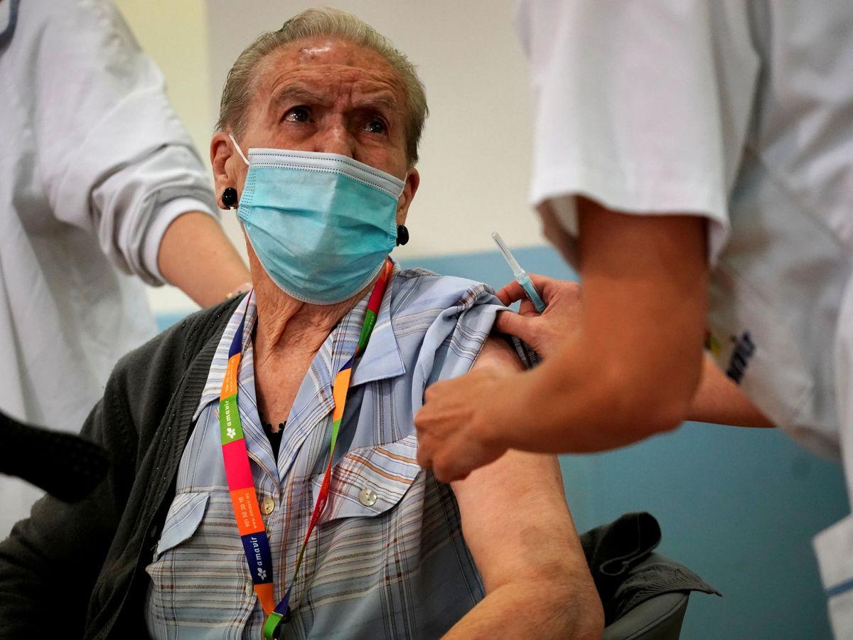 Foto: Un hombre recibe la vacuna del covid. (Reuters)