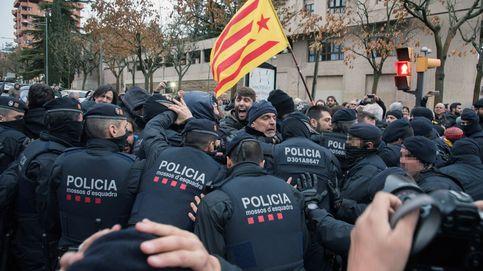 Cargas policiales frente al museo de Lleida durante el traslado de las obras de Sijena