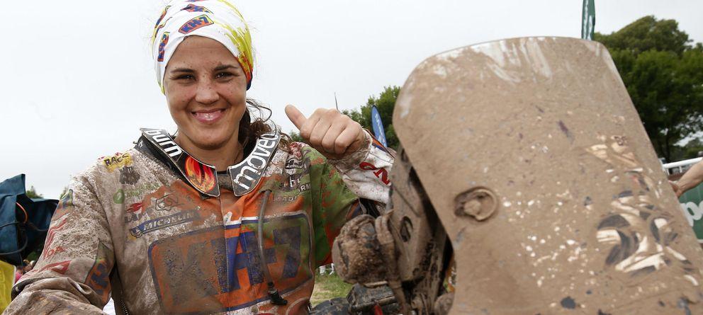 Foto: Laia Sanz celebra su noveno puesto en el Dakar (Efe).