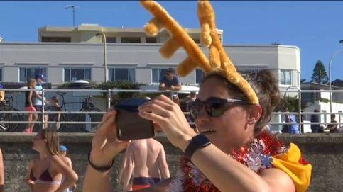 Cientos de personas celebran la Navidad en las playas de Sidney