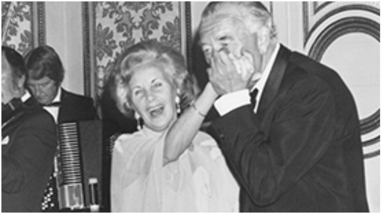 Los príncipes Bertil y Lilian May Davies,  durante una fiesta en Estocolmo. (Archivo de la Casa Real Bernadotte)
