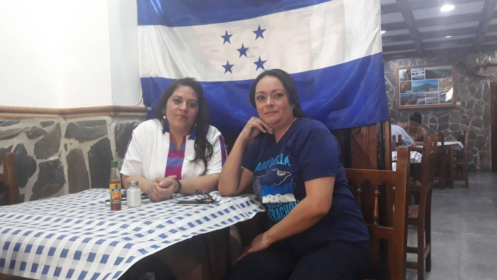 Foto: Las hondureñas Jakelyn y Lincy, en un restaurante en Madrid. (D. B.)