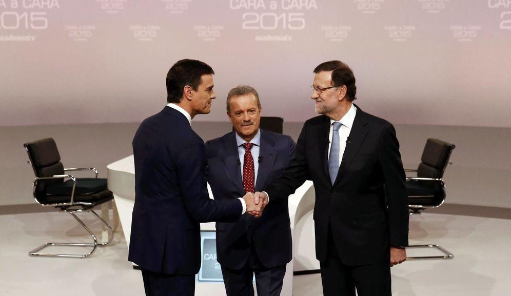 Foto: Pedro Sánchez y Mariano Rajoy se saludan antes de comenzar el debate (Reuters)