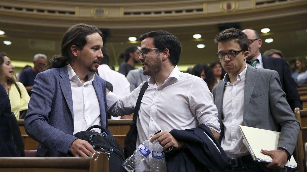 Foto: El líder de Podemos, Pablo Iglesias (i), junto al diputado de su grupo Íñigo Errejón (d), y el líder de IU, Alberto Garzón (c), durante un pleno del Congreso. (EFE)