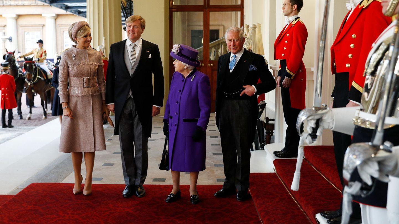 Los reyes de Holanda con Isabel II y el príncipe Carlos. (Reuters)
