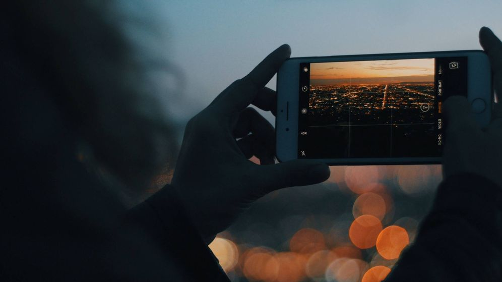 Foto: Un turista sacando una foto. (Foto: Unsplash)