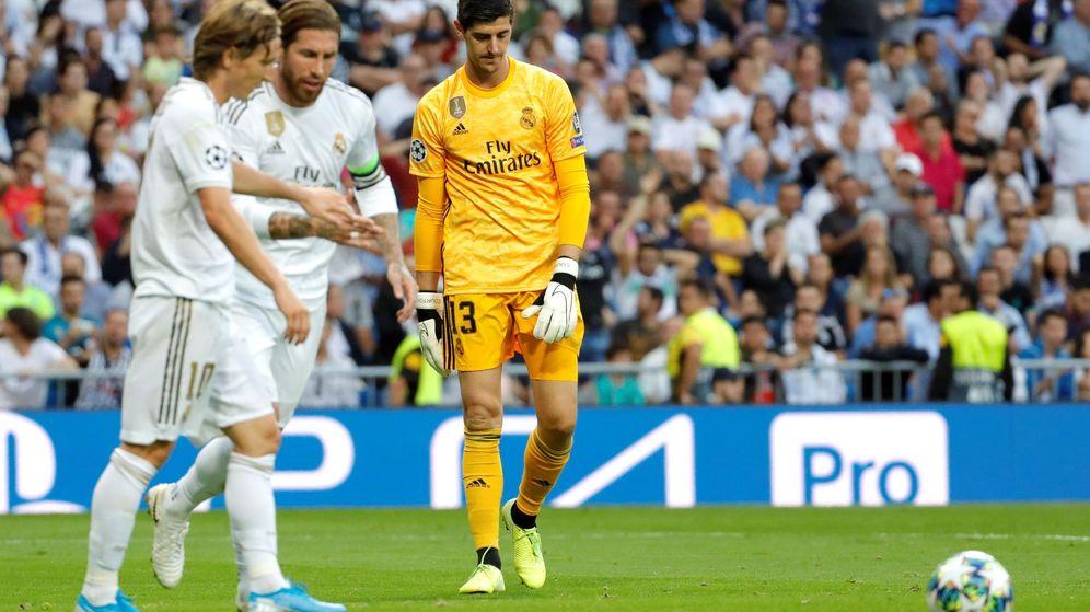 Foto: Courtois, cabizbajo, junto a Sergio Ramos y Modric tras un gol del Brujas. (EFE)