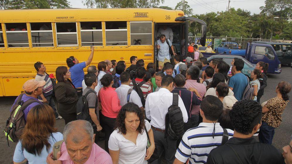 Foto: Decenas de salvadoreños esperan ser trasladados en autobuses que el Gobierno puso a su disposición (EFE)