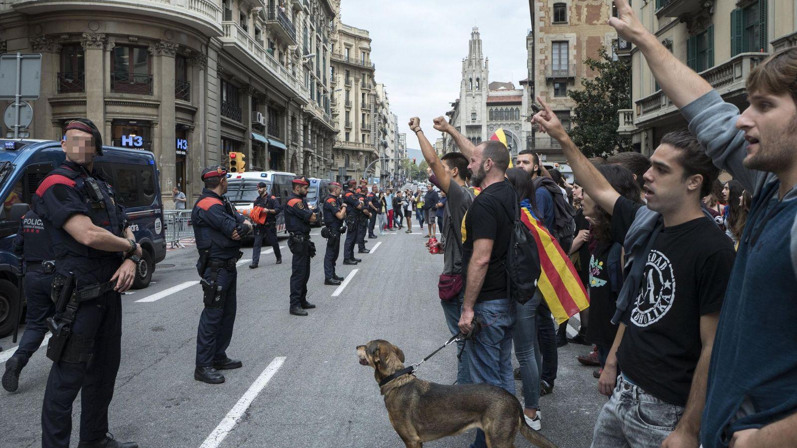 Foto: Un grupo de jóvenes independentistas protesta en Barcelona frente a los Mossos d'Esquadra. (EFE)