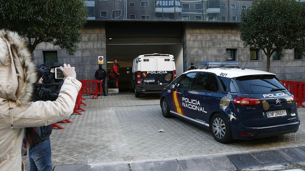 Foto: Los acusados llegan a la Audiencia de Navarra en un furgón policial para una de las jornadas del juicio. (EFE)