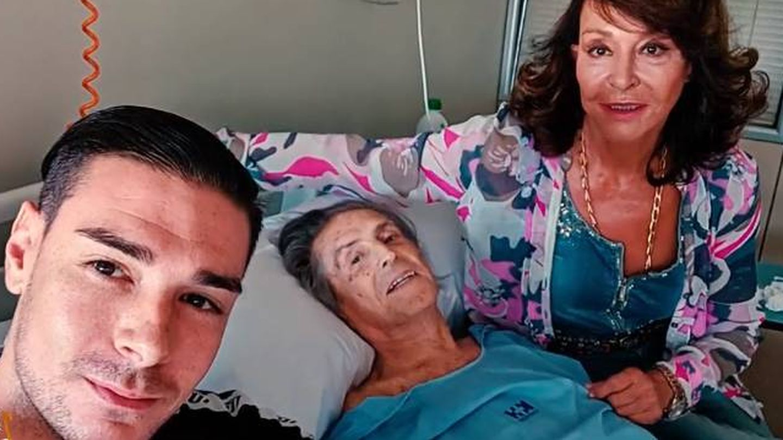 Jaime Ostos en el hospital junto a su mujer y su hijo. (Imagen cedida por la familia al programa 'Socialité')