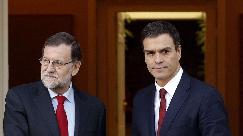 Foto: Mariano Rajoy y Pedro Sánchez, minutos antes de su entrevista en La Moncloa, este 23 de diciembre. (Reuters)