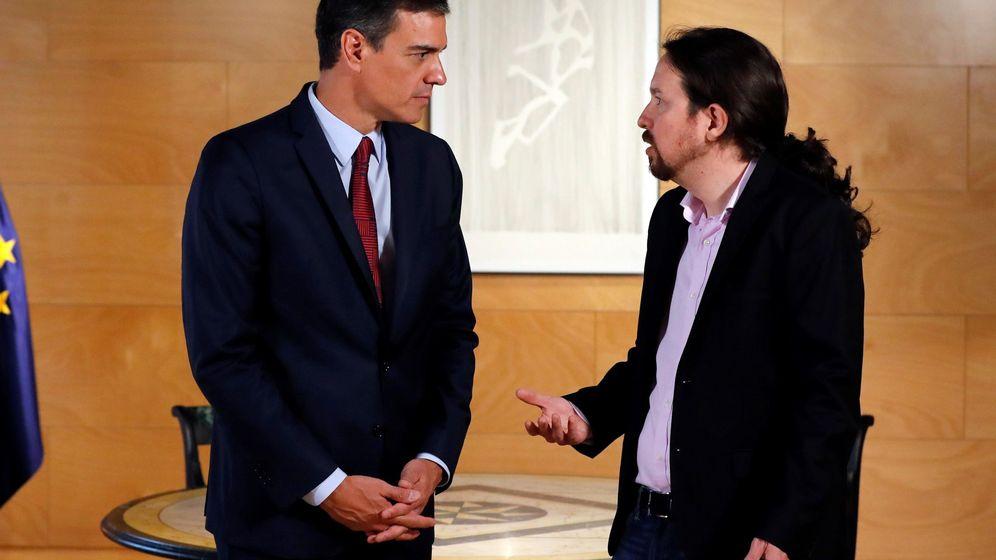 Foto: El presidente del Gobierno en funciones, Pedro Sánchez (i), y el líder de Podemos, Pablo Iglesias, durante su reunión este martes en el Congreso. (EFE)