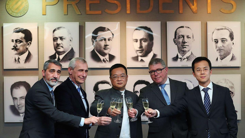 El presidente del RCD Espanyol, Chen Yansheng, en el centro. (EFE)