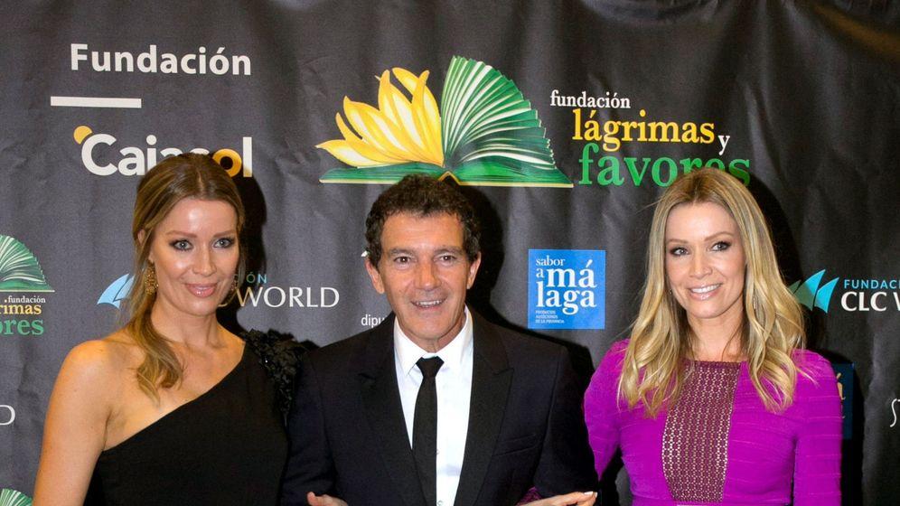 Foto: Antonio Banderas, Nicole Kimpel (d) y su hermana, Bárbara Kimpel, en la cena benéfica de la Fundación Lágrimas y Favores. (EFE)