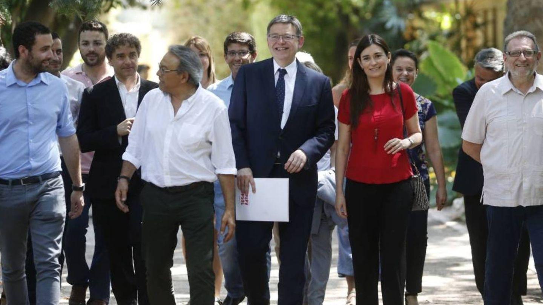 Ximo Puig, con Carmen Montón y otros dirigentes del PSPV. (EFE)